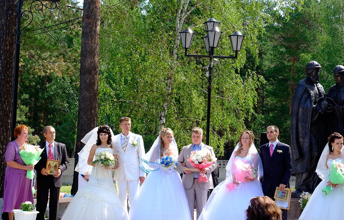 В Ангарске открыли сквер с памятником святым Петру и Февронии Муромским. Несколько влюбленных пар города нефтехимиков вступили в брак в этот день.