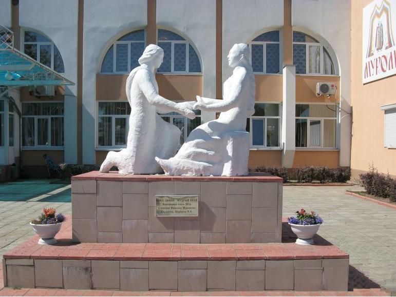 Памятник Петру и Февронии у муромского ЗАГСа.
