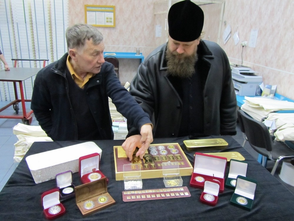 Преосвященнейший Иоанн посетил Колымский аффинажный завод в Экскурсию для владыки Иоанна провел директор завода В. А. Феоктистов.