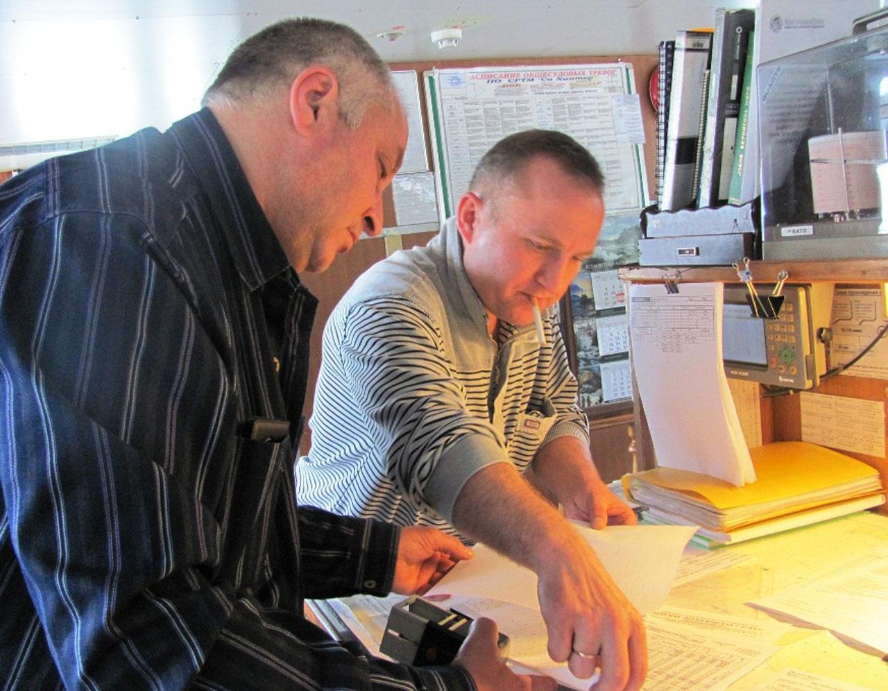 Капитан «Си Хантера» Игорь Платонов и второй помощник капитана Владимир Ковальчук сверяют документацию.