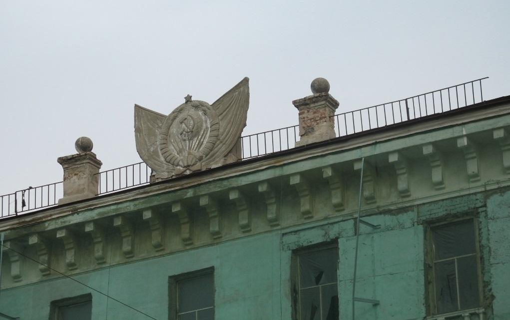 Проспект Ленина, 16. Фрагмент карниза с барельефом герба СССР, 2009 год.