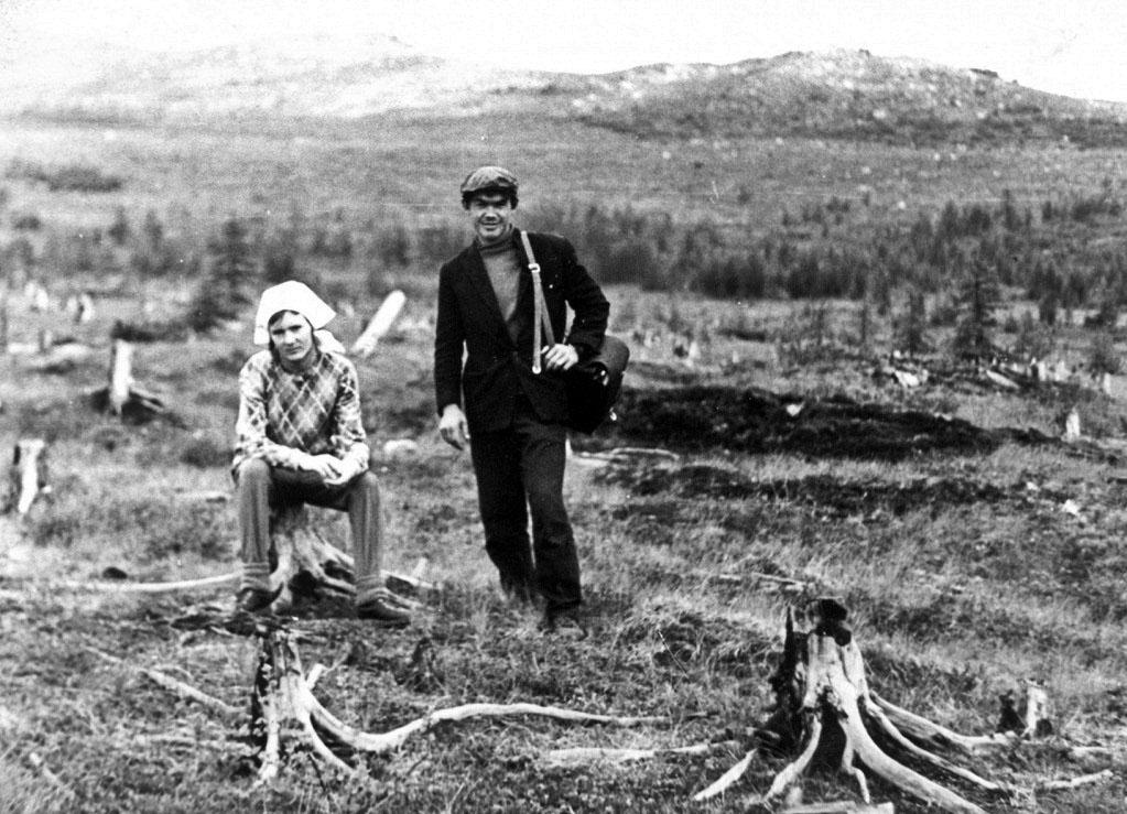 Т. Москалюк с техником И. Маклаковым на старой вырубке в окрестностях Магадана. Ни самосева лиственницы, ни всходов. 1971 год.