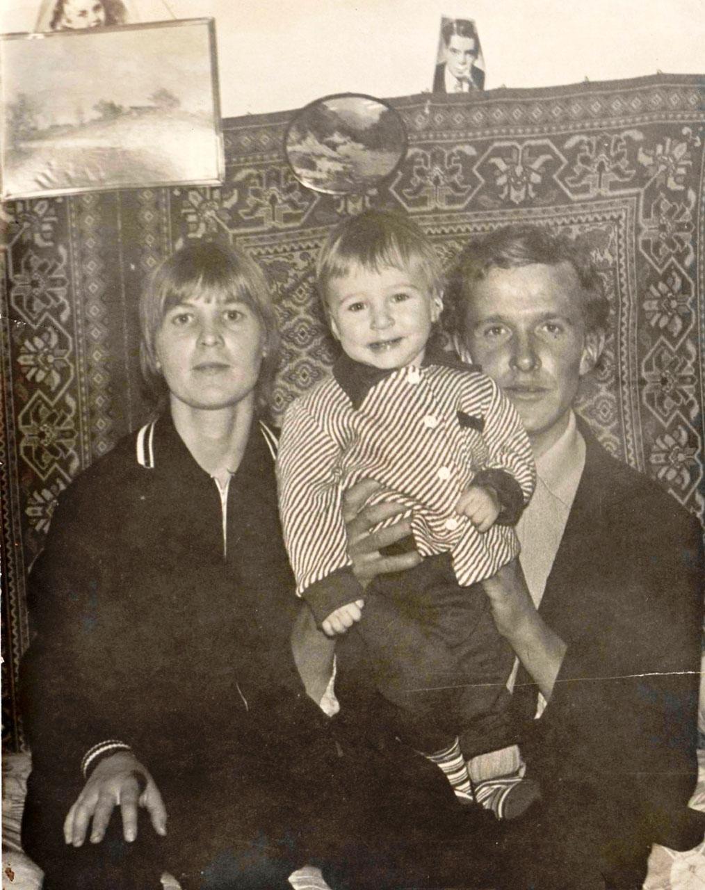 Паша Мамренко с родителями.