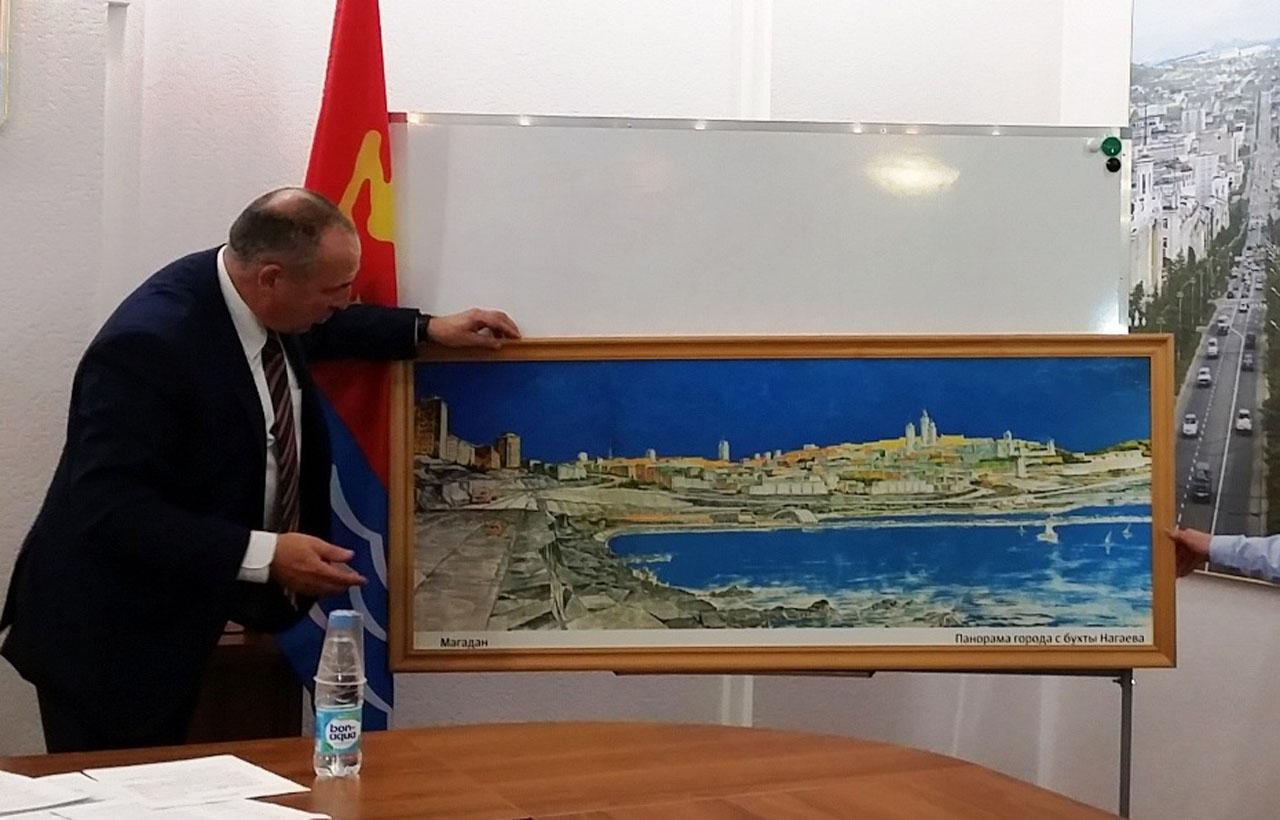 Юрий Гришан демонстрирует картину И.И. Лукина.