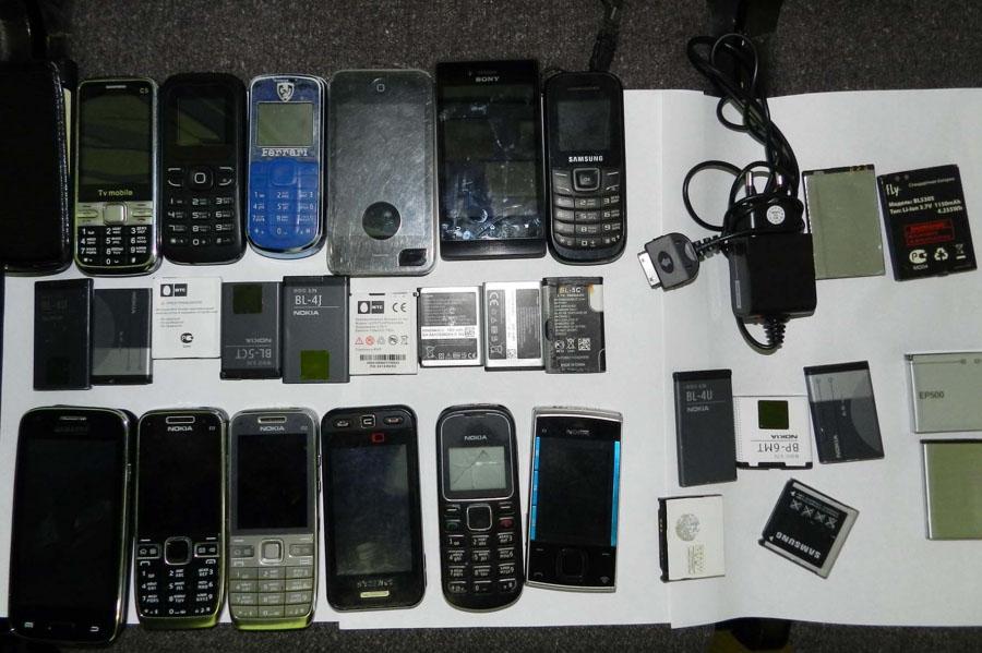 Изъятые телефоны.