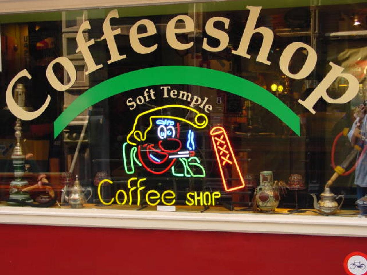 Голландия, витрина кофе-шопа.