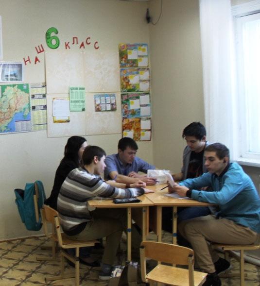 Обратите внимание на размер школьной мебели и рост учеников.