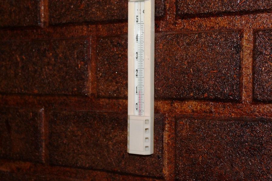Термометр в актовом зале показывает +12.