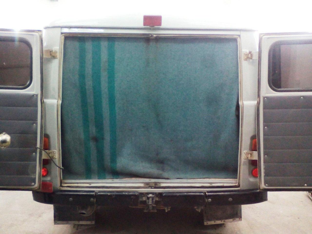Пос. Талая, автомобиль скорой помощи. Таким образом работники утепляют машину, чтобы не замерзли больные