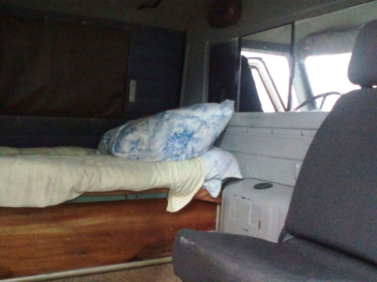 Пос. Талая. Самодельная лежанка в автомобиле скорой помощи. По правилам перевозить на ней больных запрещено