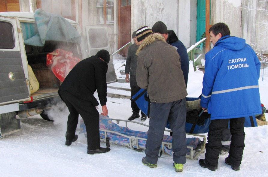 Подготовка больного в пос. Талая к транспортировке в районную больницу. Апрель 2016 года.