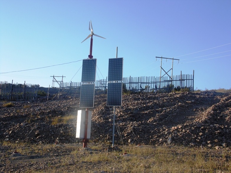 Вышки сотовой связи в Якутии питают энергоустановки с солнечными батареями и ветряками. Батареи, заметьте, целые и без антивандальных сеток.