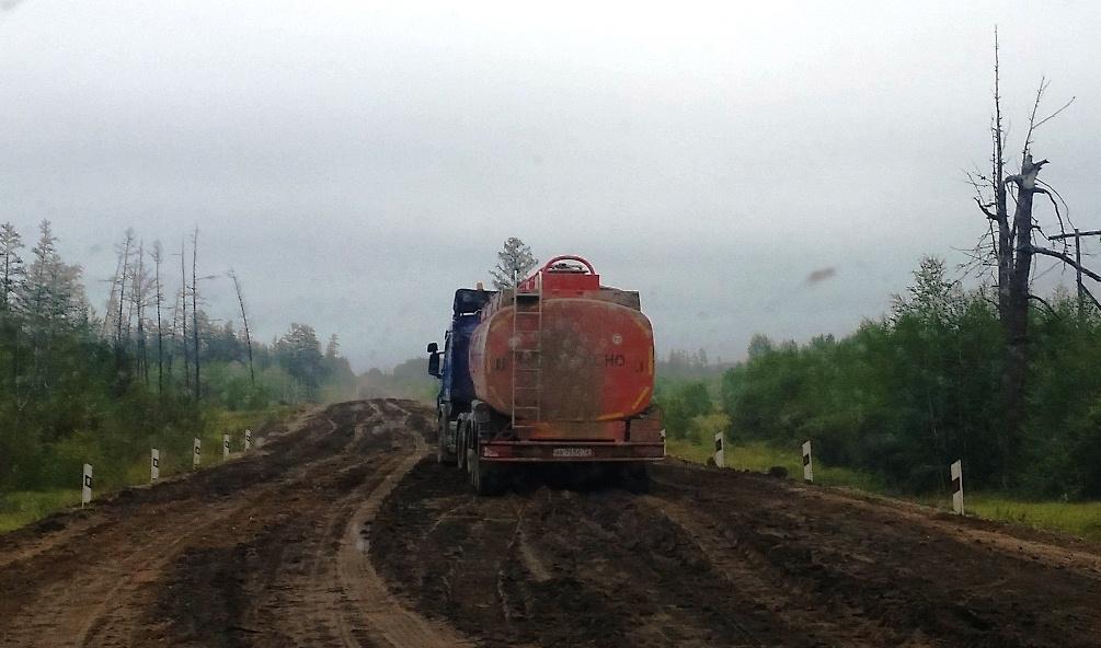 Застрял в грязи бесстрашный танк...