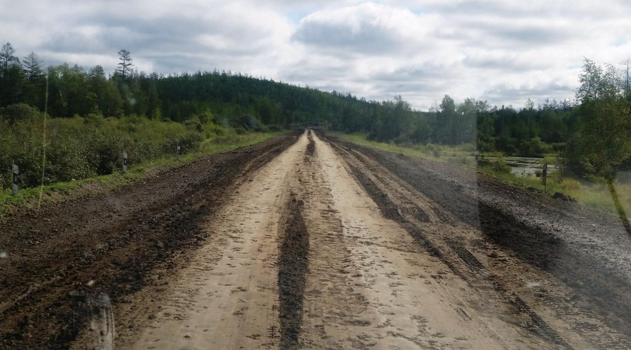 Когда грязь подсыхает, дорога становится вот такой. Трясет на ней немилосердно.