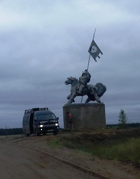 Один из памятников, изображающих гордых всадников на лихих конях.