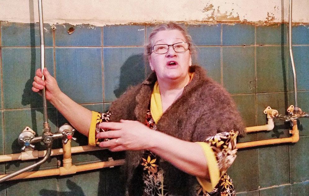Людмила Горбатых демонстрирует единственный рабочий душ.
