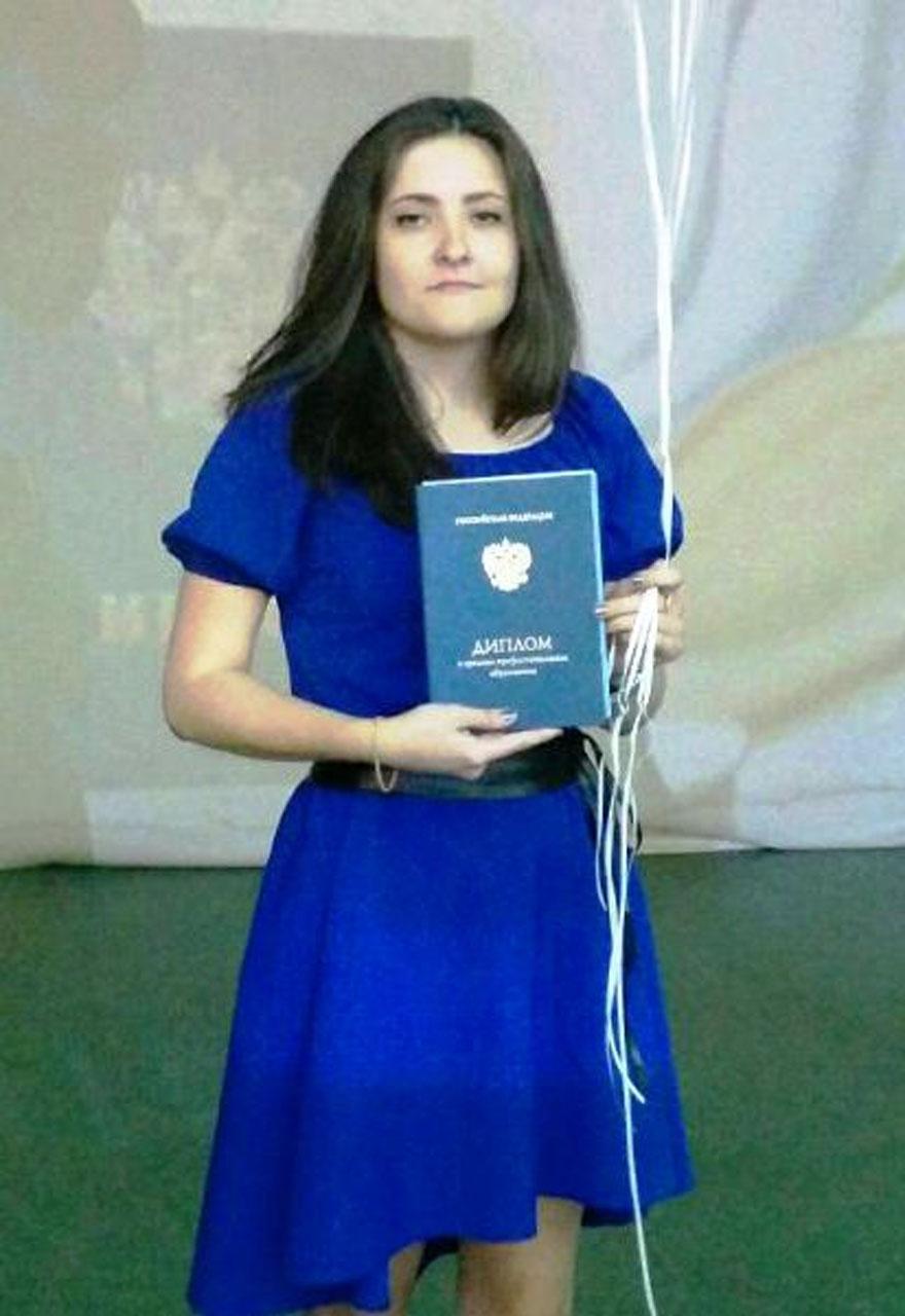 Наталья Винокурова с дипломом строителя.