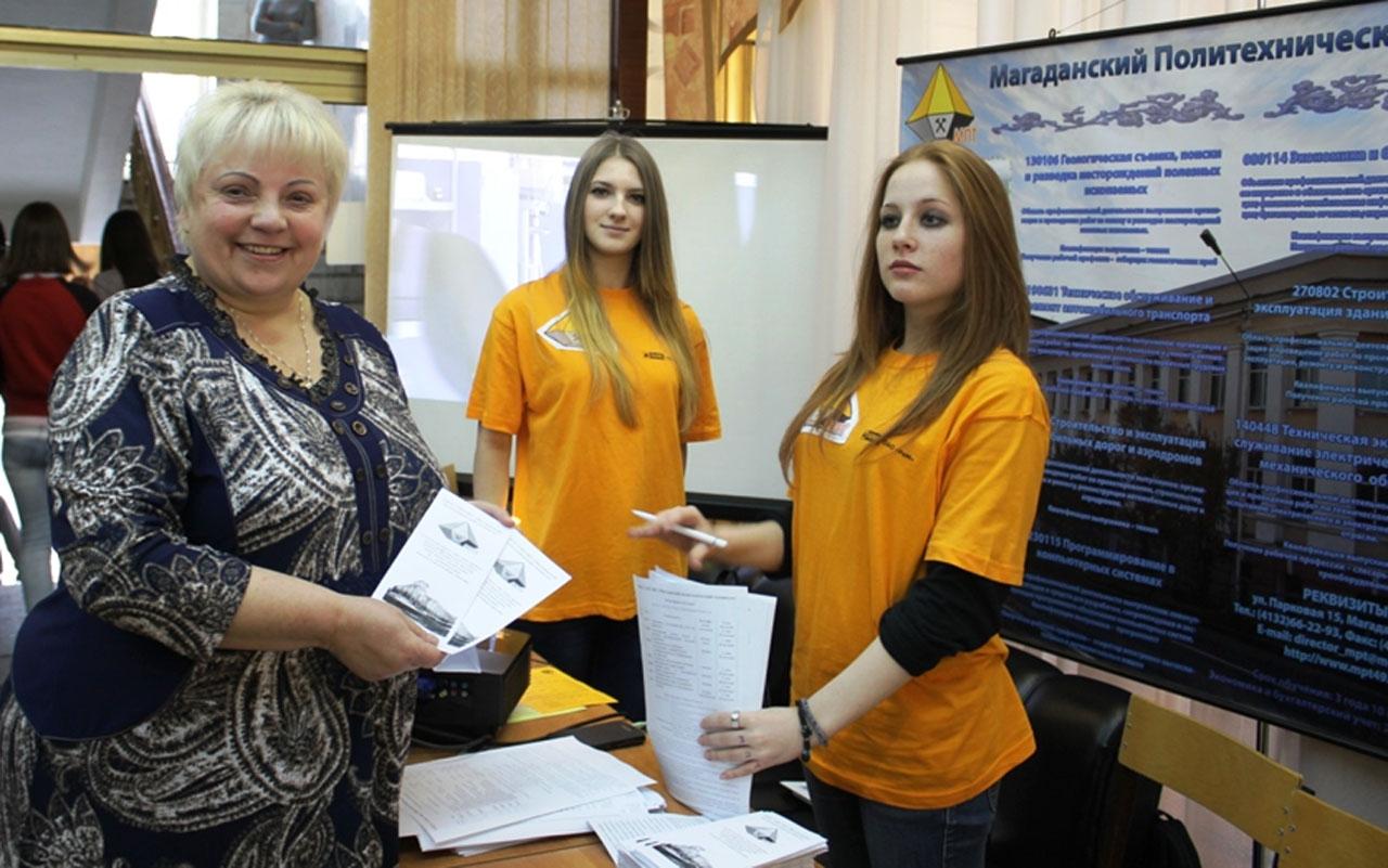 Татьяна Шешукова со студентками.