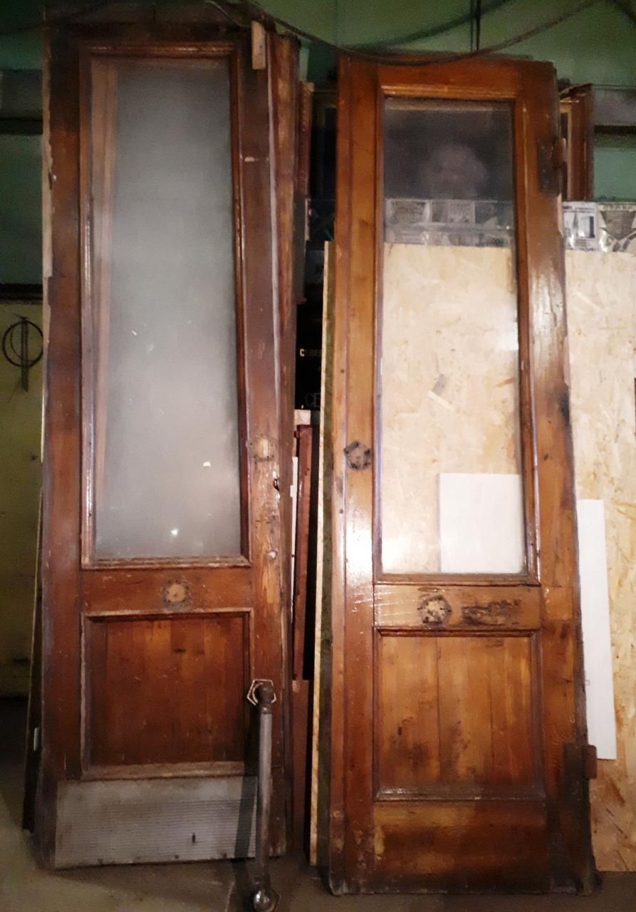Снятые двери убраны в подсобное помещение.