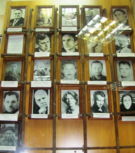 Стенд с портретами колымчан.