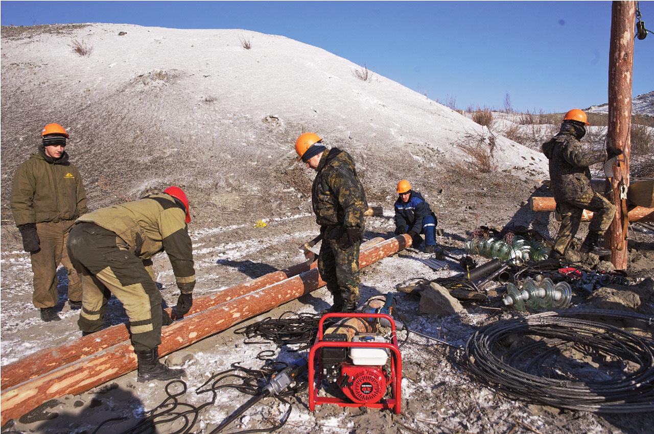Бригада линейщиков 3 РЭС на ремонте ВЛ.