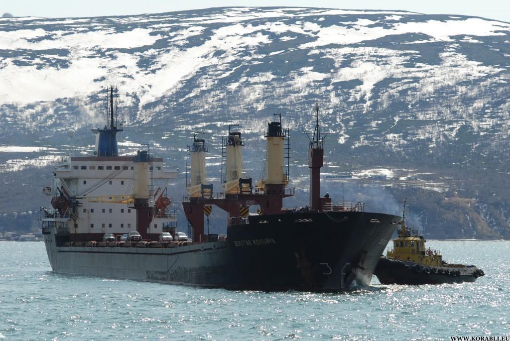 «Золотая Колыма» в бухте Нагаево. Идет буксировка к причалу порта.