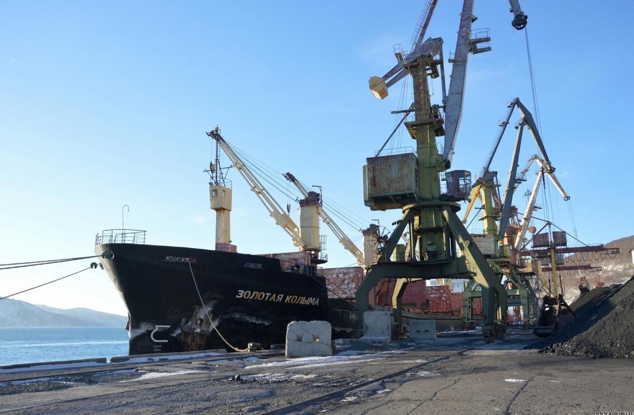Балкер «Золотая Колыма» в морском порту города Магадана.