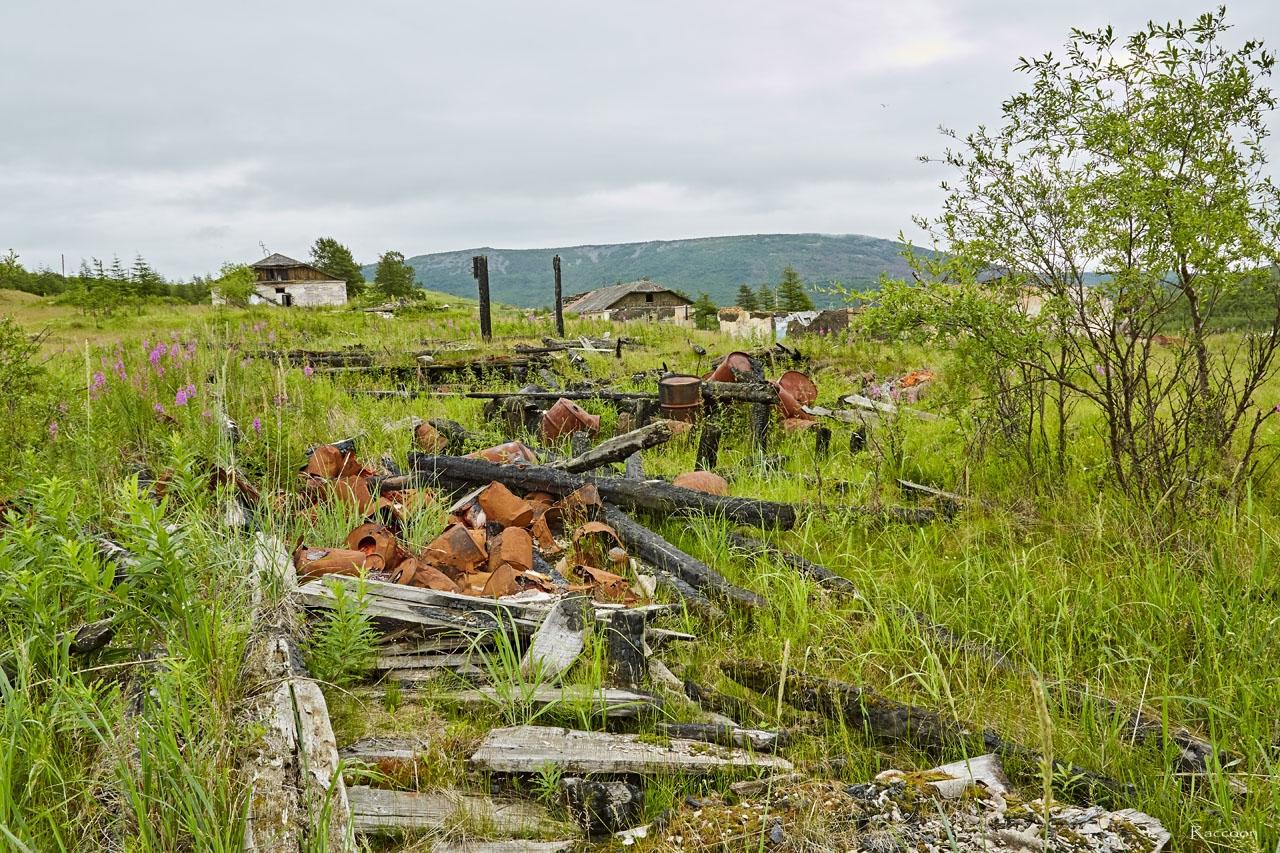 Останки разрушенного складского помещения.
