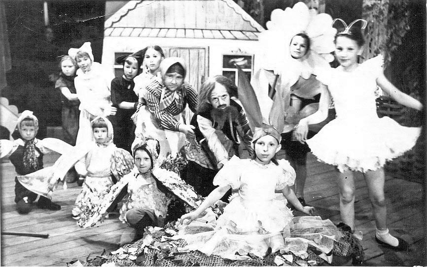 Спектакль «Репка» на сцене клуба ВСО. Художественный руководитель В. А. Козин, музыкальный класс Е. П. Мельниковой, Магадан, 1952 год