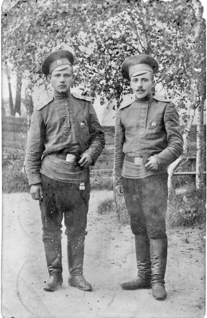Мой дед Иван Васильевич Шувалов (слева) с другом, 1912 год.