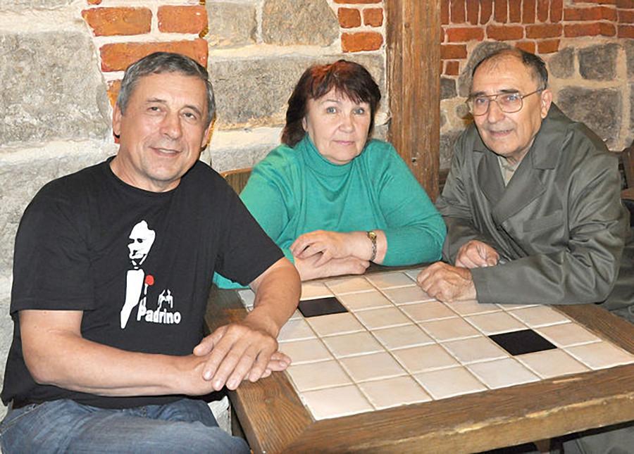 С одноклассниками Колей Ляпцевым (слева) и Володей Пьянковым. Москва, 2009 год.