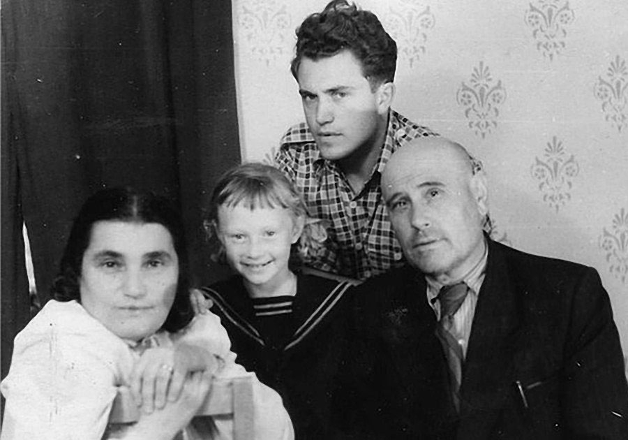 Е.С. Гинзбург, с супругом А. Вальтером, сыном Василием и дочерью Антониной. Магадан, 1950-е годы.