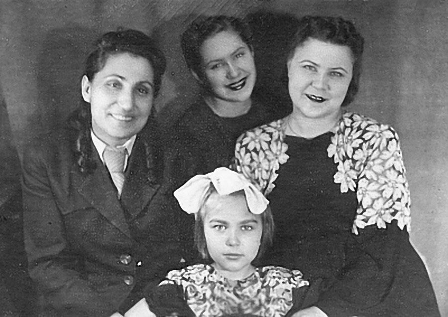 Н.В. Савоева, Лиля Стафиевская, мама и я. пос. Нексикан, 1947 год.