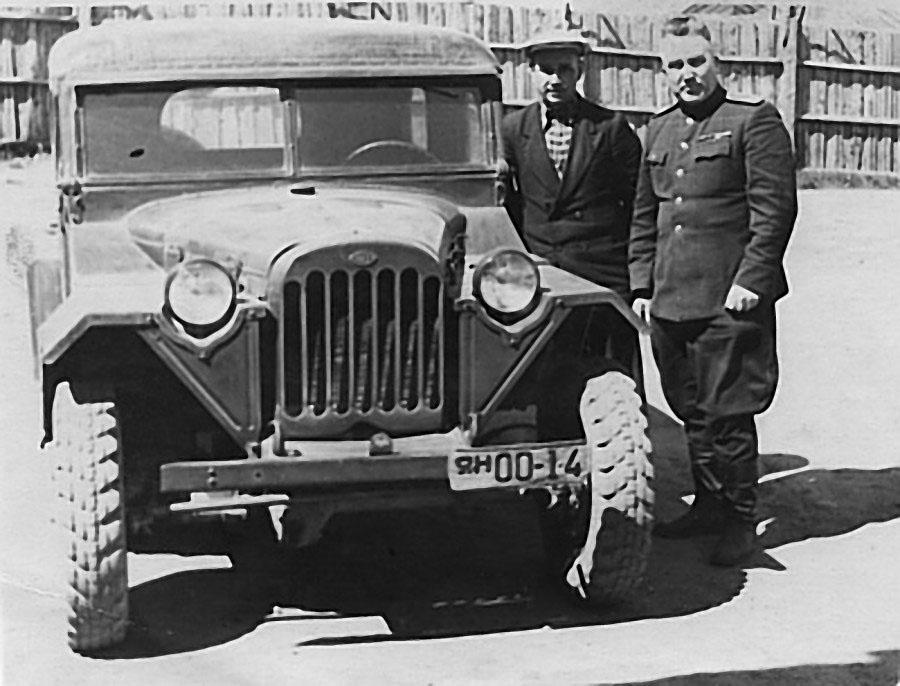 Папа и его водитель дядя Костя Метелёв. Магадан, 1952 год.