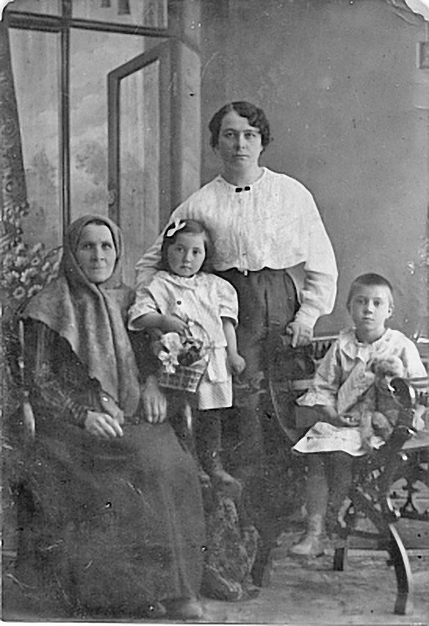 Прабабушка Мария Ивановна Бумагина с дочерью, моей двоюродной бабушкой Анной Власовной, и внучками Валентиной и Верой (сидит) — нашей с Гесей будущей мамой. Нижний Новогород, 1915 год.