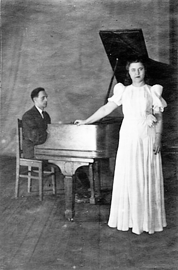 Мама, Аланова Вера Ивановна, на клубной сцене. Концертмейстер Федотов. Посёлок Сусуман, 1946 год.