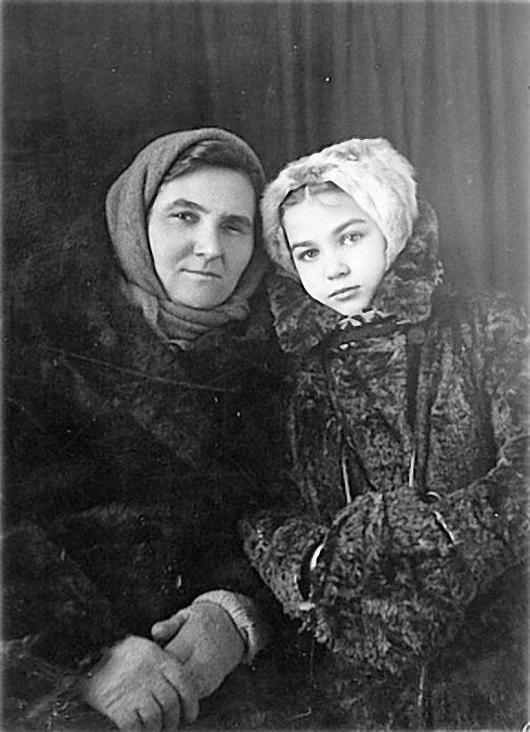 С тётей Ульяшей — Ульяной Григорьевной Ханановой. Посёлок Сусуман, 1949 год.