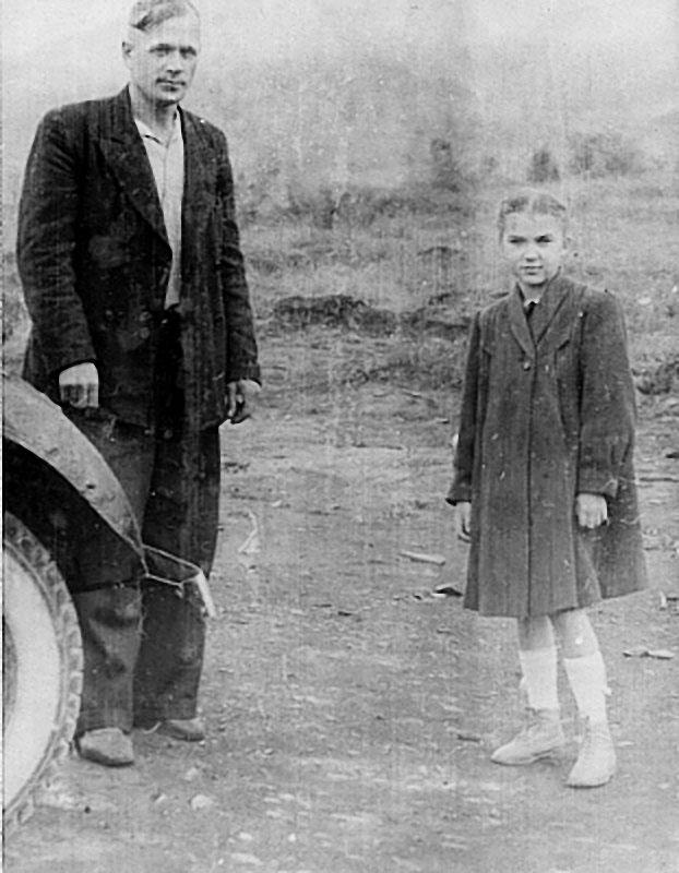 Я и шофёр дядя Саша Столбов. Посёлок Сусуман, 1948 год.
