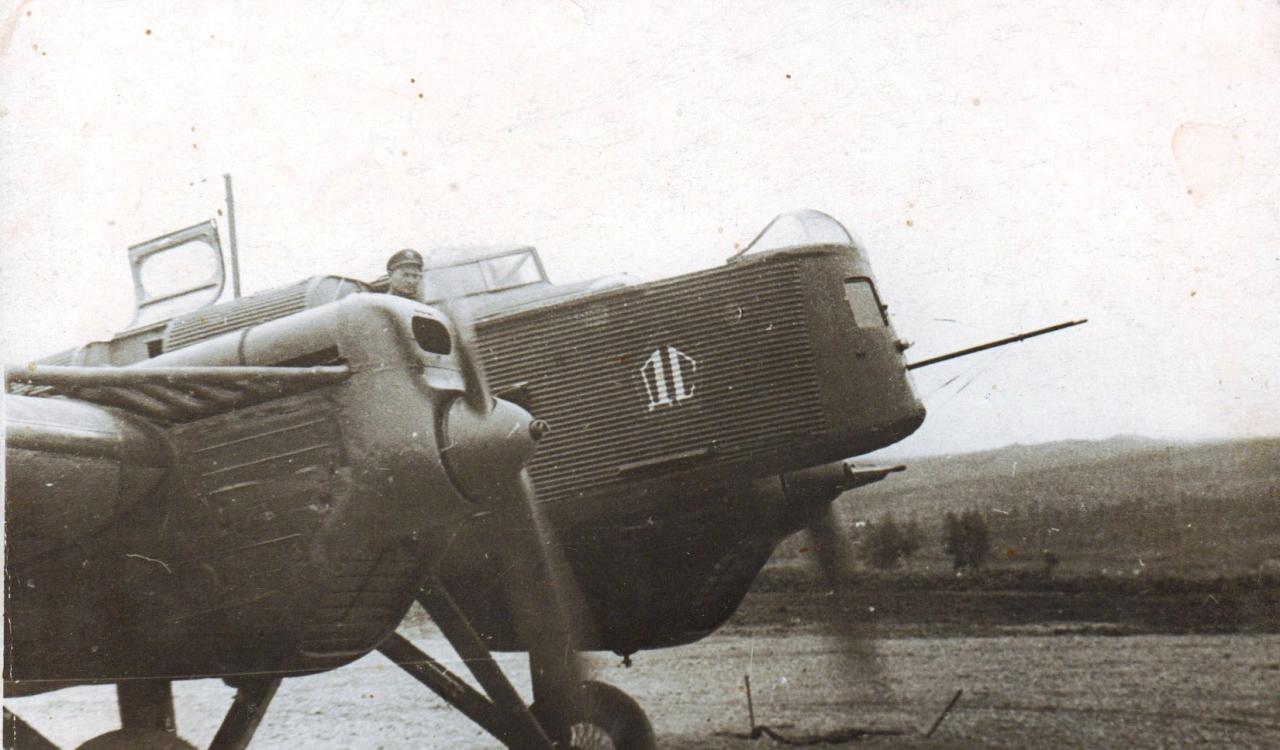 Бортмеханик А.И. Бухонин проверяет моторы перед полетом. Август 1940 года.