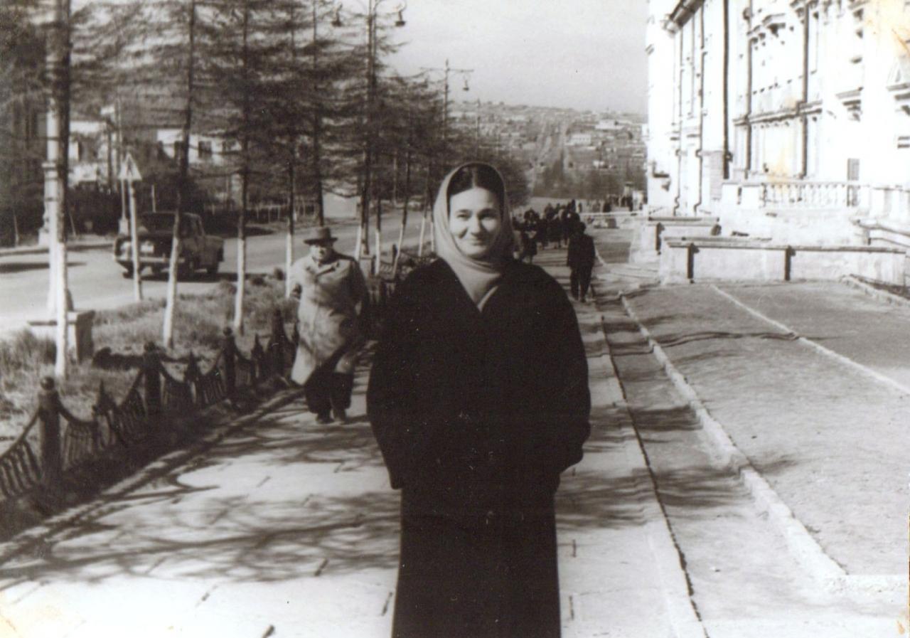 Мария Бухонина на прогулке. Магадан, проспект Ленина.