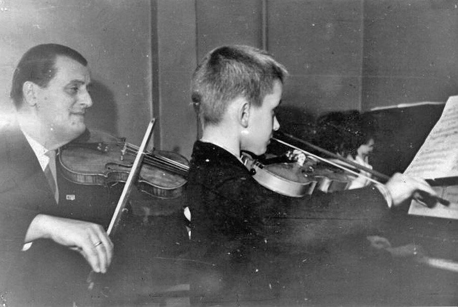 Магадан. Александр Дзыгар с учеником, 1965 год.