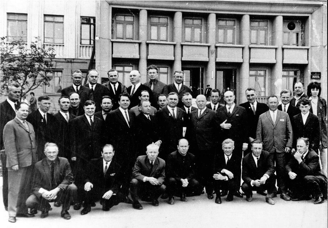 Коллектив транспортного управления СВЗ, в центре - Абрам Исакович Геренштейн. Город Магадан. 1969 год.