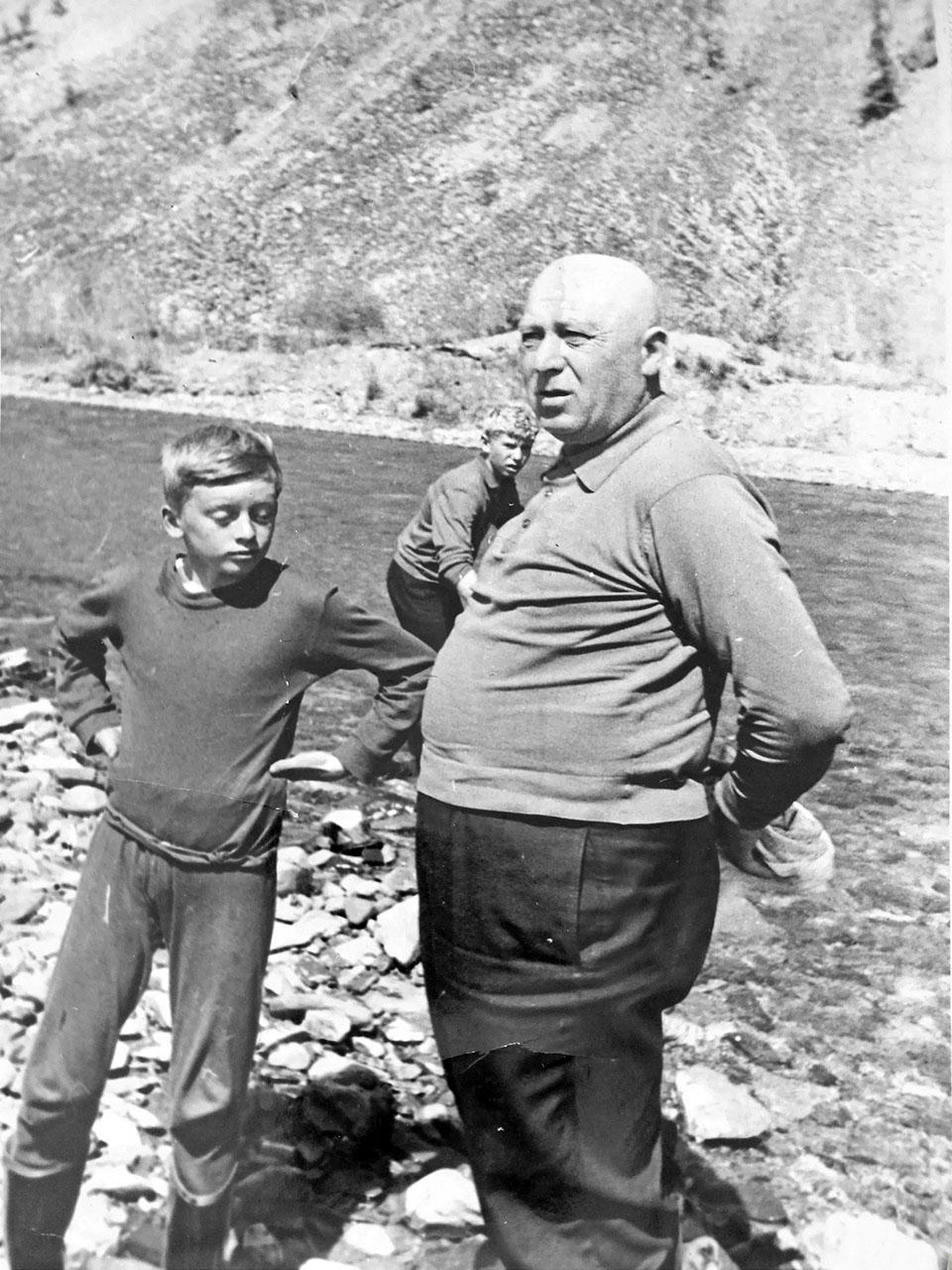 Абрам Исакович с внуком на отдыхе.