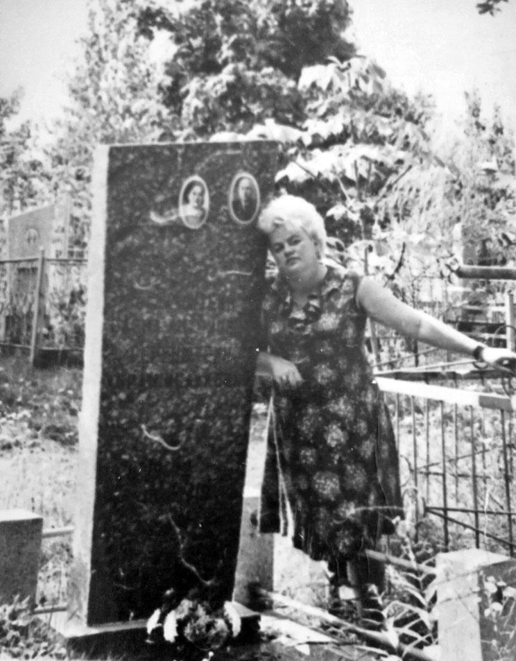 Дочь у могилы Абрама и Елены Геренштейн. Город Черкассы.
