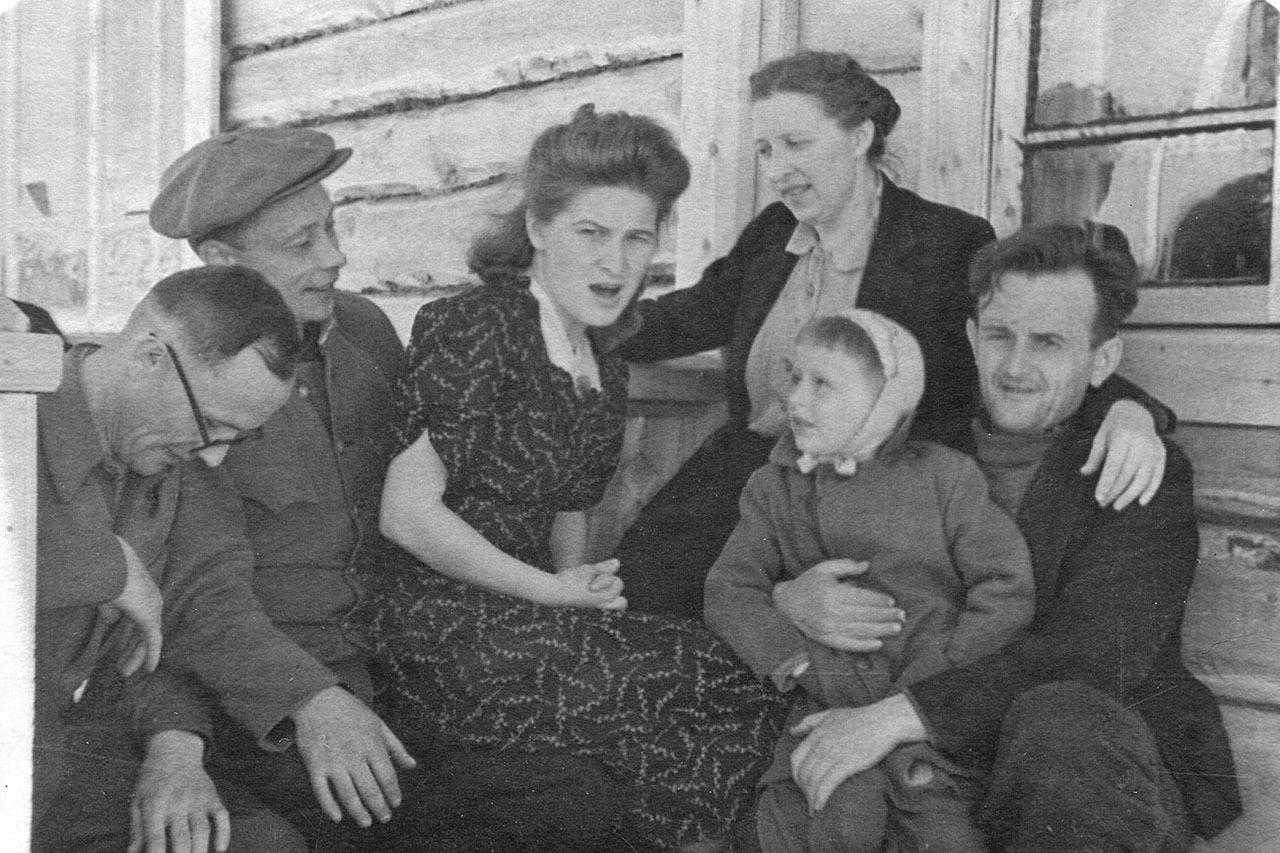 Рудник имени Белова. Справа - родители с Юрой, слева - соседи. У своего дома.