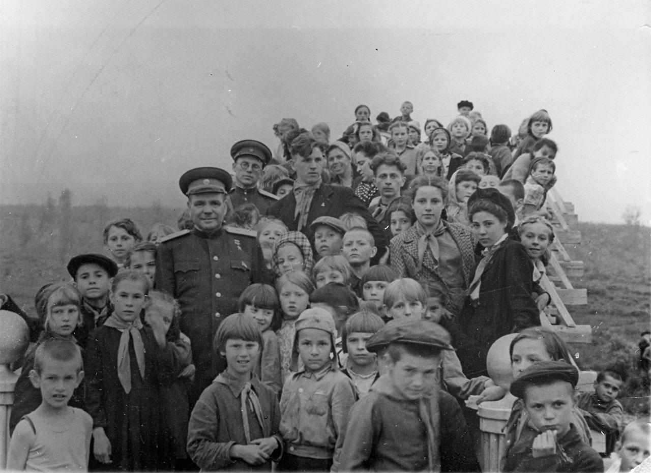 Иван Никишов в окружении учеников магаданской школы