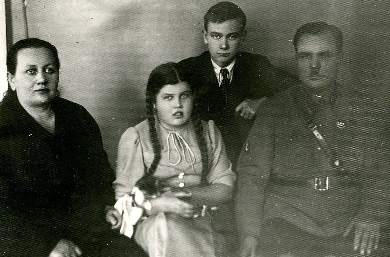 Никишов И.Ф со своей семьей( женой,сыном и дочерью). В 1939 году Никишов И.Ф. был начальником Управления НКВД по Хабаровскому краю.