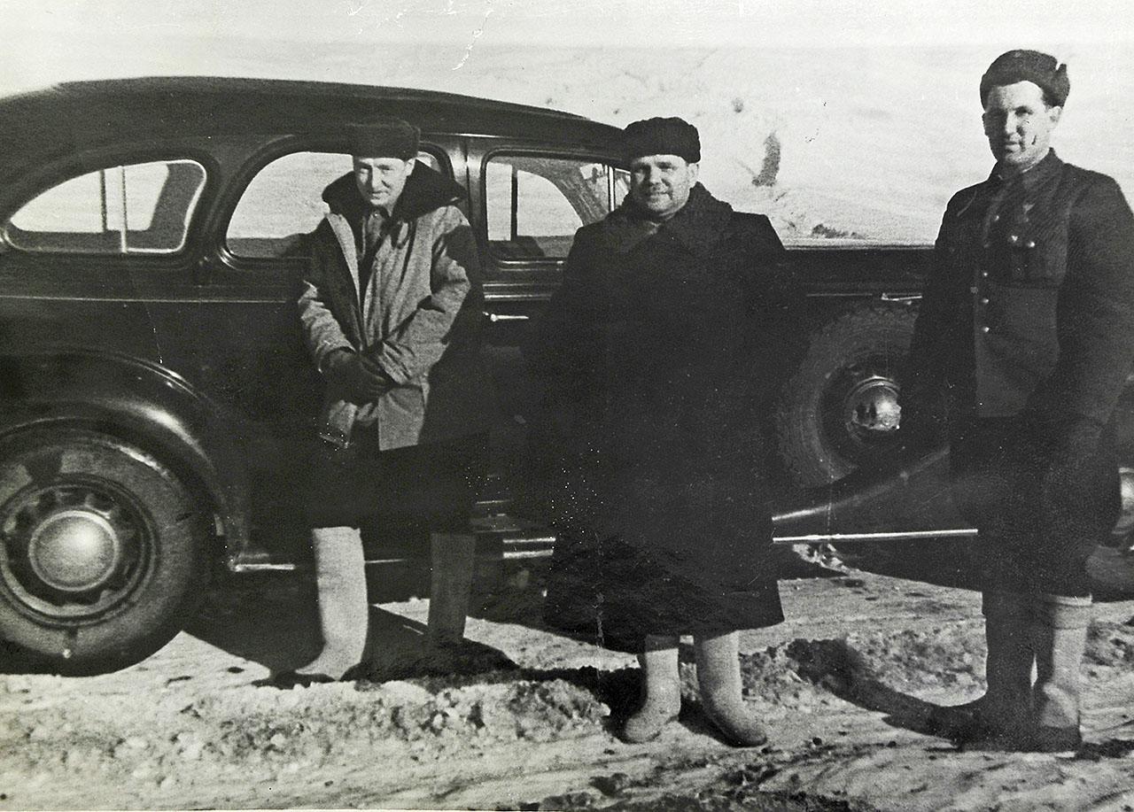 Никишов И.Ф. (начальник Дальстроя) и Цареградский В.А. (начальник ГРУ ДС) на Колымской трассе, 1943 год