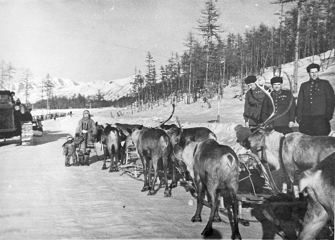 Никишов И.Ф. (начальник Дальстроя) и Цареградский В.А. (начальник ГРУ ДС) на Колымской трассе, зима 1941 года