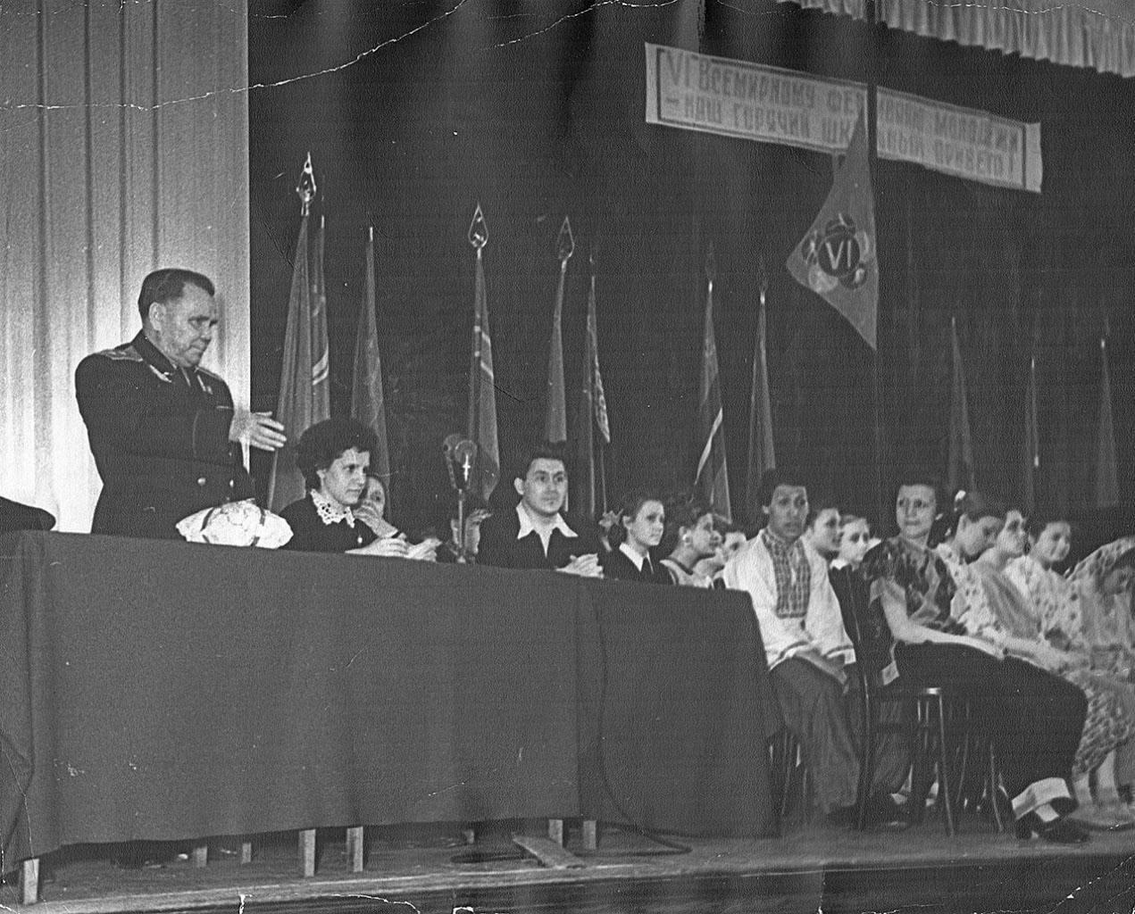 Никишов И.Ф. выступает перед школьниками. Москва 10 мая 1957 года